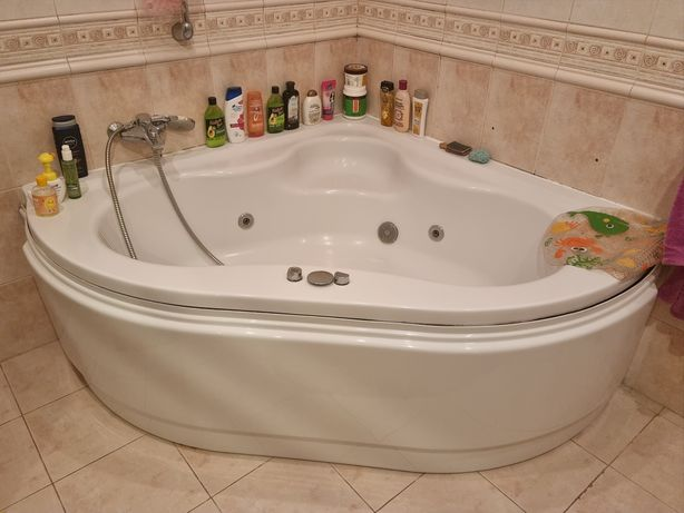 Ванная джакузи в хорошем состоянии.