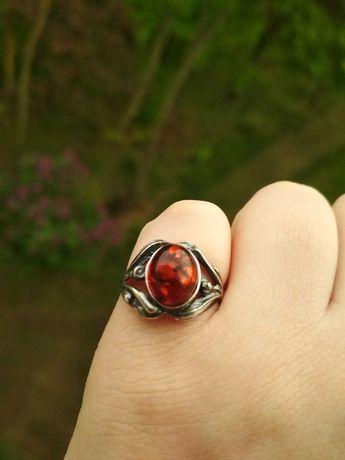 Piękny srebrny pierścionek z bursztynowym oczkiem 925