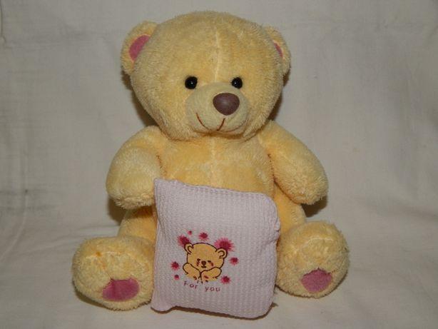 Мягкая игрушка медвежонок с подушкой.