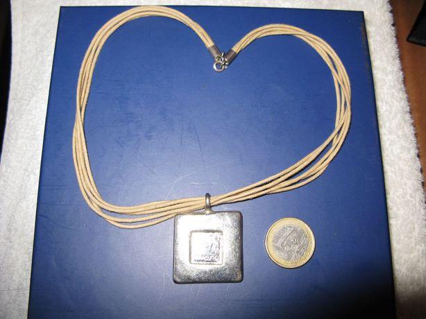 colar cor dourada baça com pendente quadrado novo