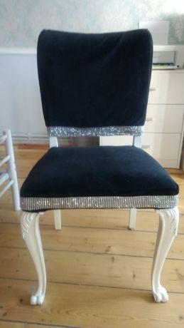 ładne stylizowane krzesło na lwich łapach