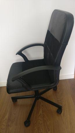 Cadeira de escritório com rodas e giratória