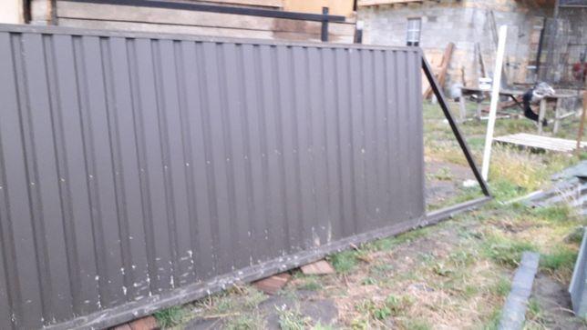Продам готовые откатные въездные ворота. Состояние новых.