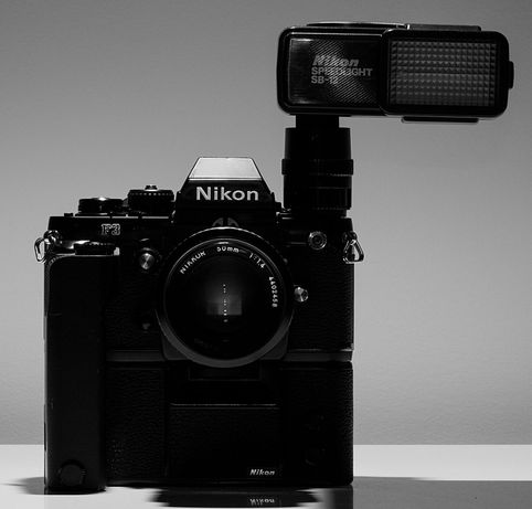 Nikon F3 com motor e flash