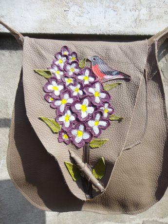 Artystyczna beżowa skórzana torba z bzem i gilem.   Handmade
