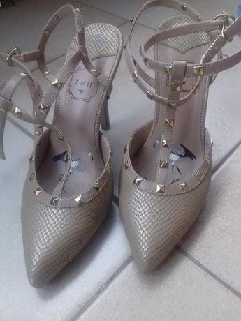 Туфли-босоножки с шыпами фирмы SMH.
