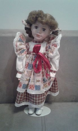 Porcelanowa lalka na stojaku