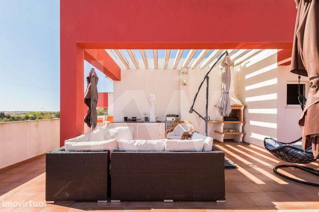 Apartamento T1 + estúdio. Com piscina e terraço privativo com 70 m2. A