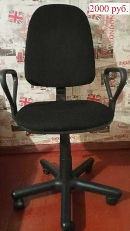 Стул офисный чёрный с подлокотниками