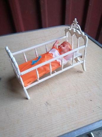 Stara laleczka w łużeczku bujanym
