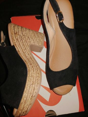 Vendo sandálias usadas uma vez.