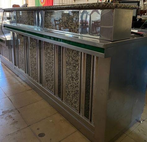 Balcão com frio e espaço para máquina de cerveja
