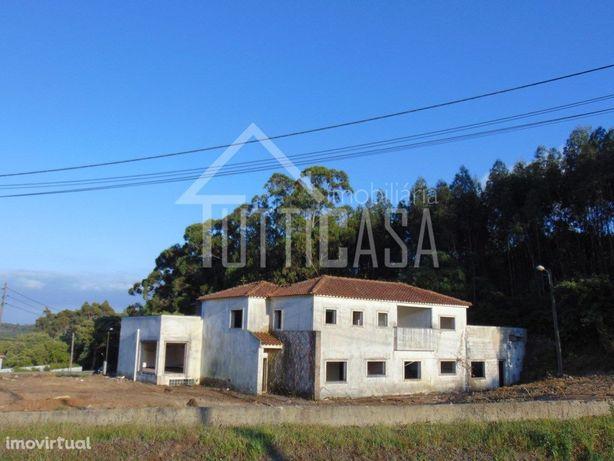 Moradia para restaurar + Terreno Urbano com armazém