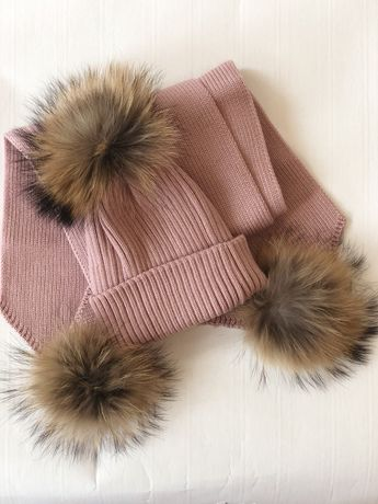 Комплект зимняя шапка и шарф с натуральными помпонами из меха енота