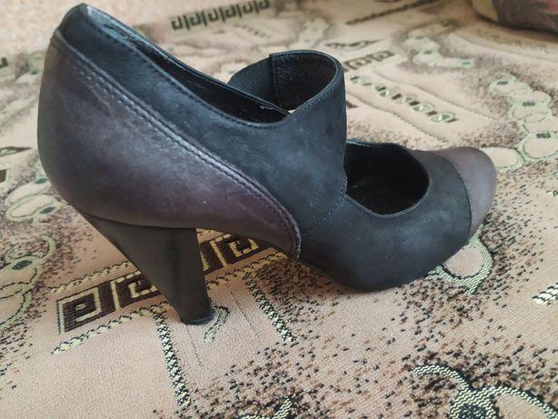 Туфельки на маленьку вузеньку ніжку, три пари.