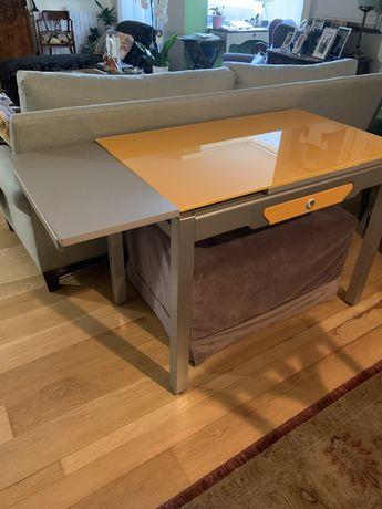 Mesa extensivel para cozinha ou sala pequena, em vidro cor laranja.