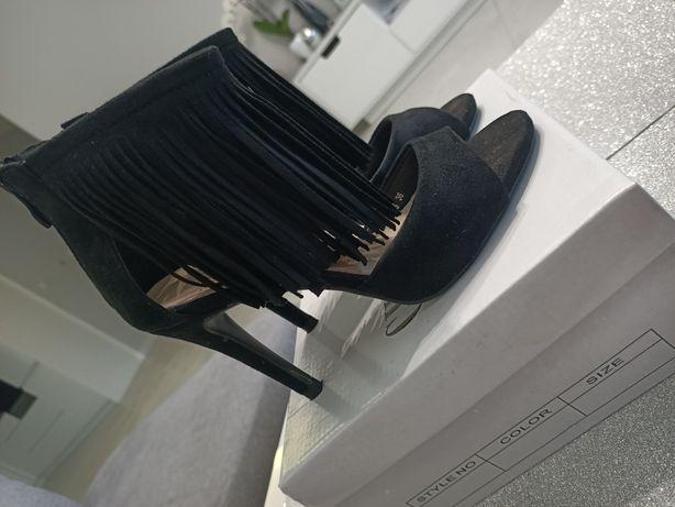 Buty czarne na obcasie, sandałki z frędzlami