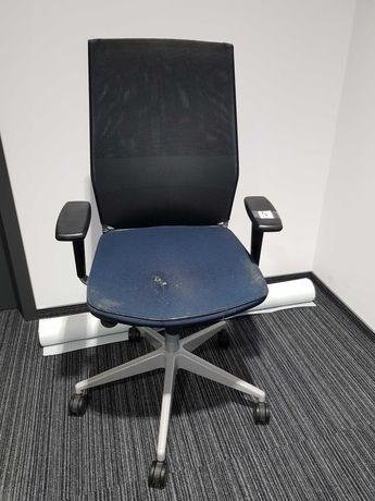 Ciemnoniebieski fotel obrotowy