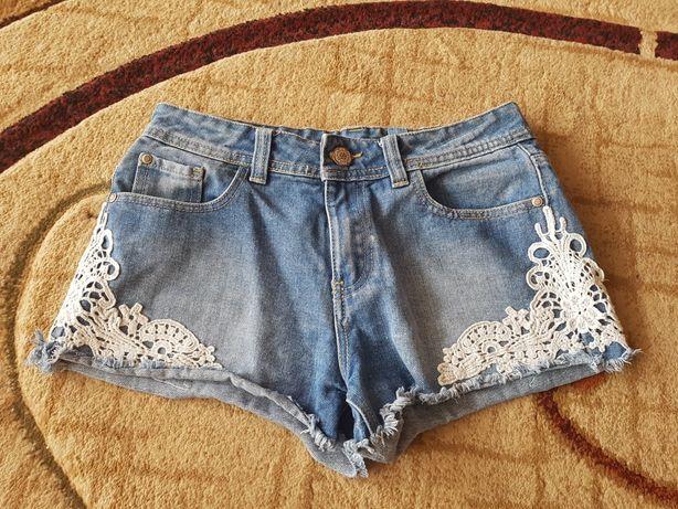 Krótkie jeansowe spodenki z koronką r. S
