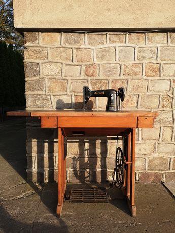 Stara maszyna ze stołem Łucznik