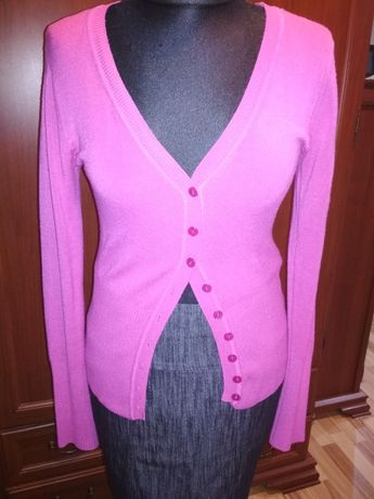 Różowy sweter na guziki