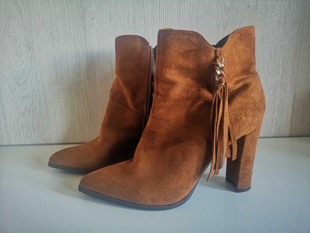 Buty botki kozaki karmelowe brązowe z frędzlami 40
