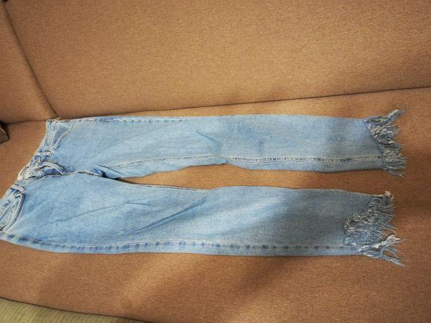 Spodnie rurki z wystrzepiona nogawka