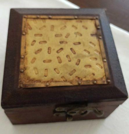 Caixa em madeira, tampa com aplicação em latão.