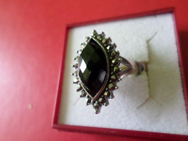 Piękny pierścionek z naturalnym onyxem i markazytami - srebro