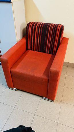 Fotel czerwony bardzo wygodny, można przykryć pokrowcem i jak nowy!