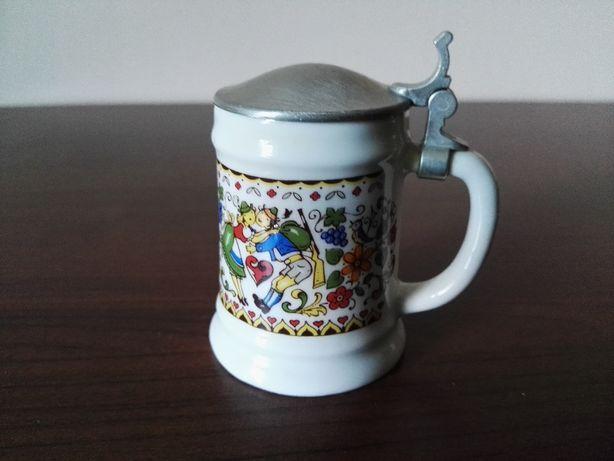 Kolekcjonerski mini kufel z cynową klapką, sygnowany (bawarska para)