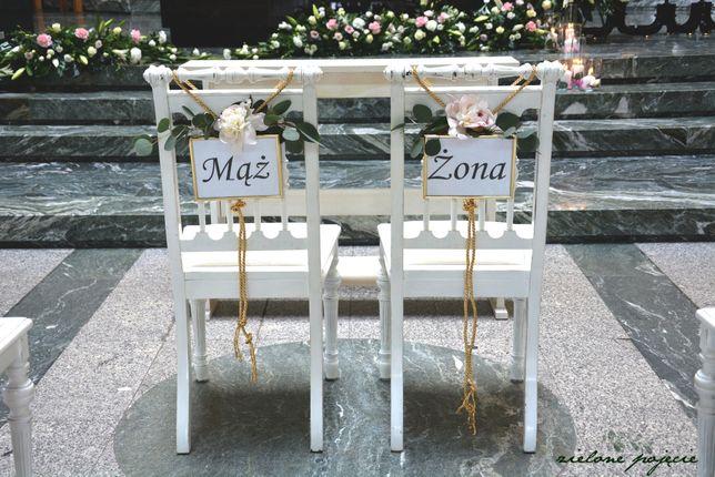 Białe, drewniane krzesła do ślubu + klęcznik