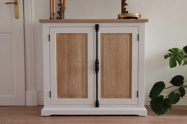Komoda z dębowym blatem i drzwiami baskwil dąb biała drewniana szafka