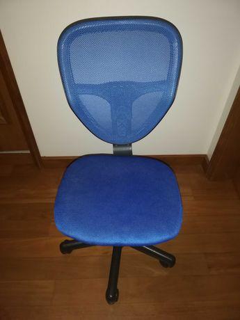 Cadeira azul com rodas