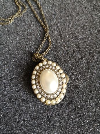 Biżuteria. Stylowy naszyjnik z miejscem na fotografię