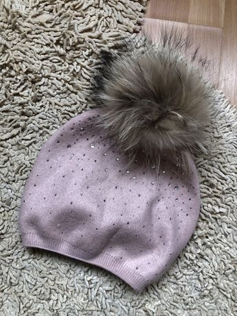 Зимняя шапка с бубоном енота