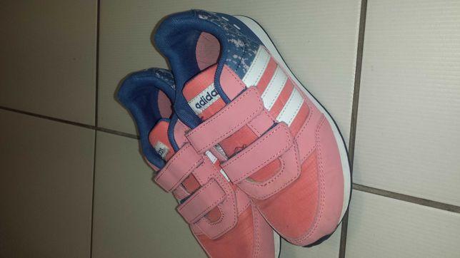 3 pary butów dziewczęcych.