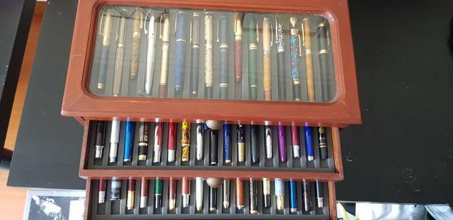 Canetas coleção com caixa de arrumação. Coleção completa. 50 canetas.