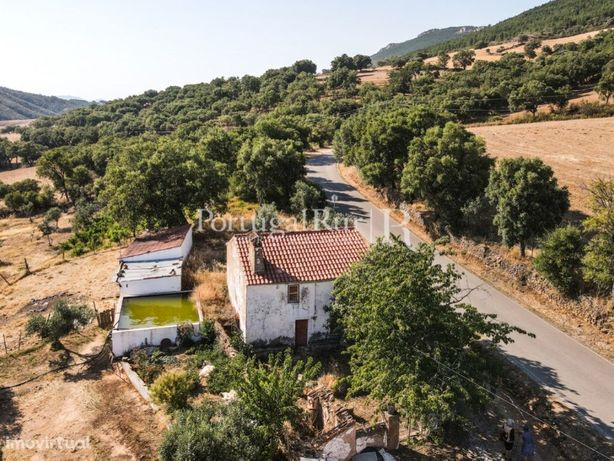 Casa rural de 2 pisos com pátio e terreno