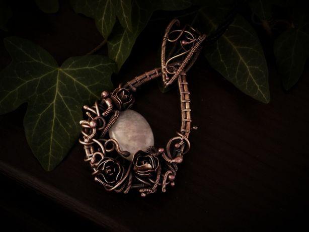 Wisior; miedź; wire wrapping; kwarc różowy