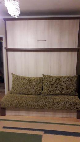 Łóżko opuszczane ze ściany z kanapą i materacem lateksowym