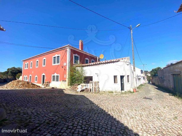 Vende-se Moradia T2 para recuperação total em Rio de Mouro