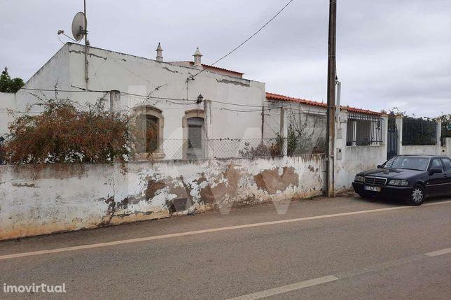 Moradia T3 para remodelar localizada na Mosqueira - Albufeira