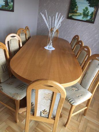 Stół, krzesła i komoda