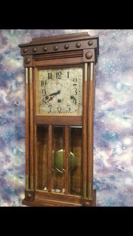 Старинные настенные часы с четвертным боем.