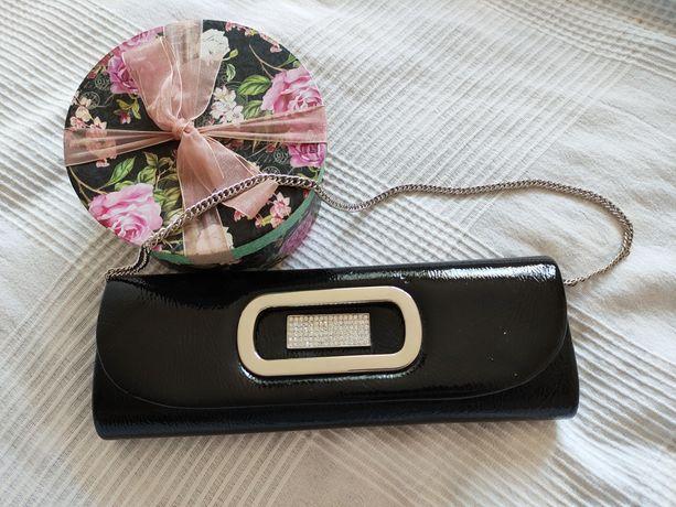 Elegancka czarna kopertówka