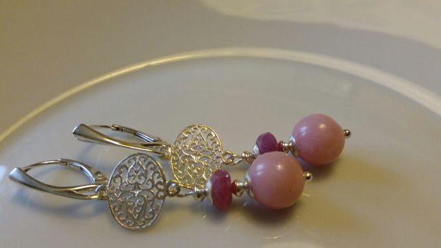 Opal różowy, rubin i srebro 925 - kolczyki z klasą