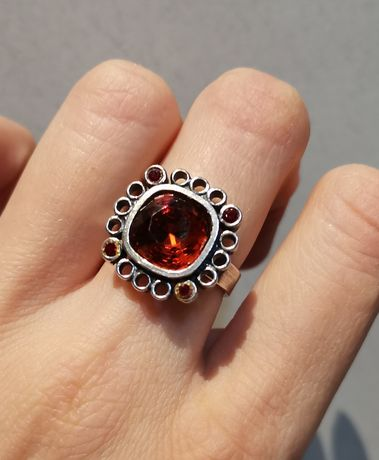 W kruk srebrny pierścionek z czerwonym oczkiem srebro