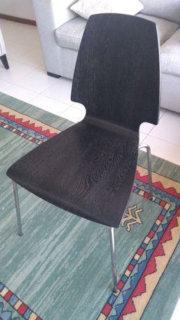 Cadeiras com base metálica em madeira