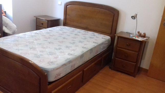 Mobília de quarto em castanho
